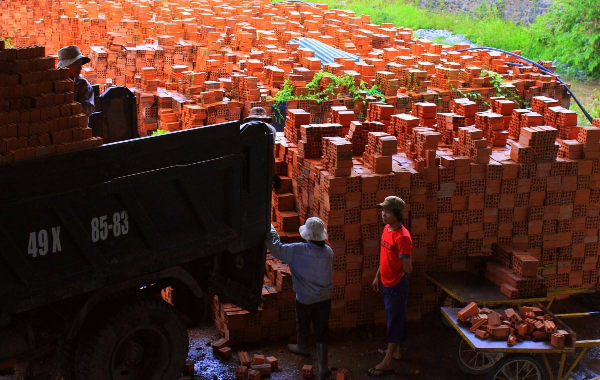 visiting a brick kiln with da lat easyrider