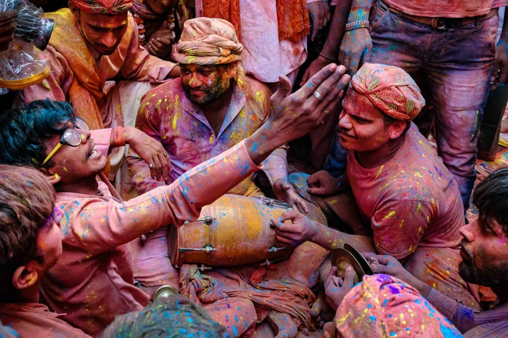 singing love ballads in Braj Holi in Barsana