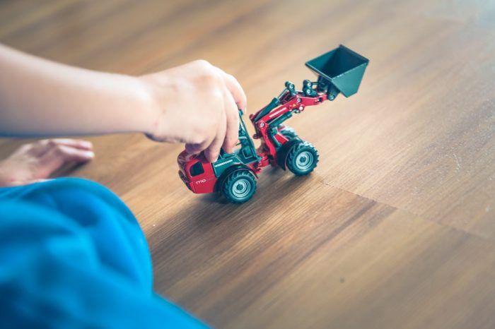 Niños que saben jugar solos con un tractor.
