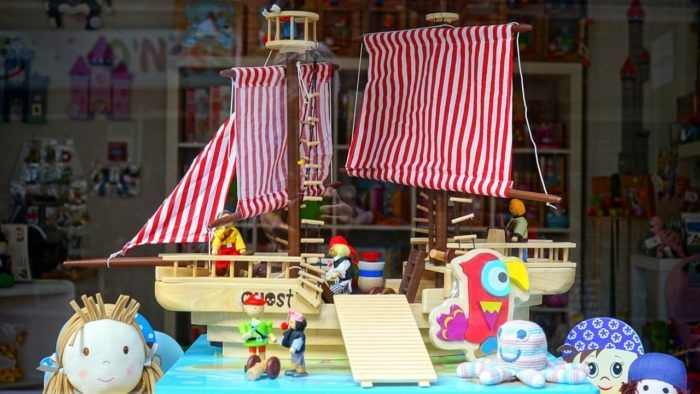 Juguetes para niños y niñas de 3 a 5 años como un barco de madera