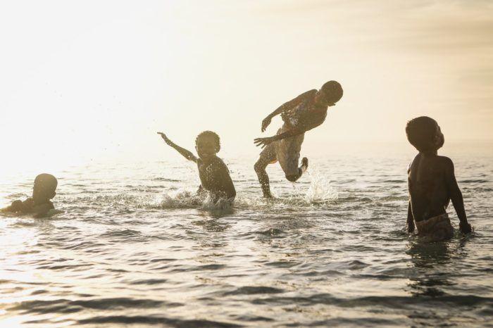 Niños con derecho a jugar, felices en el agua