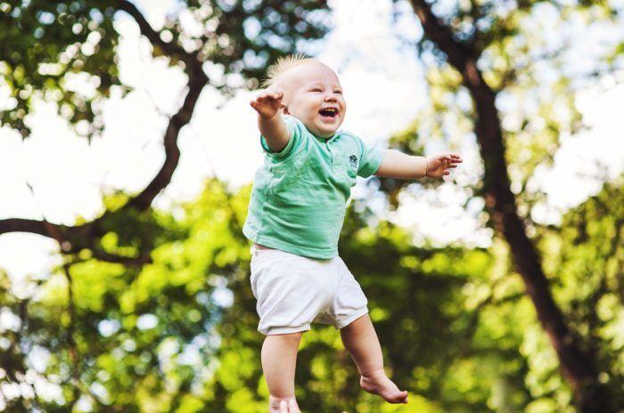 Niño en movimiento para desarrollar la psicomotricidad gruesa