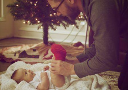 Papa cuidando bebé