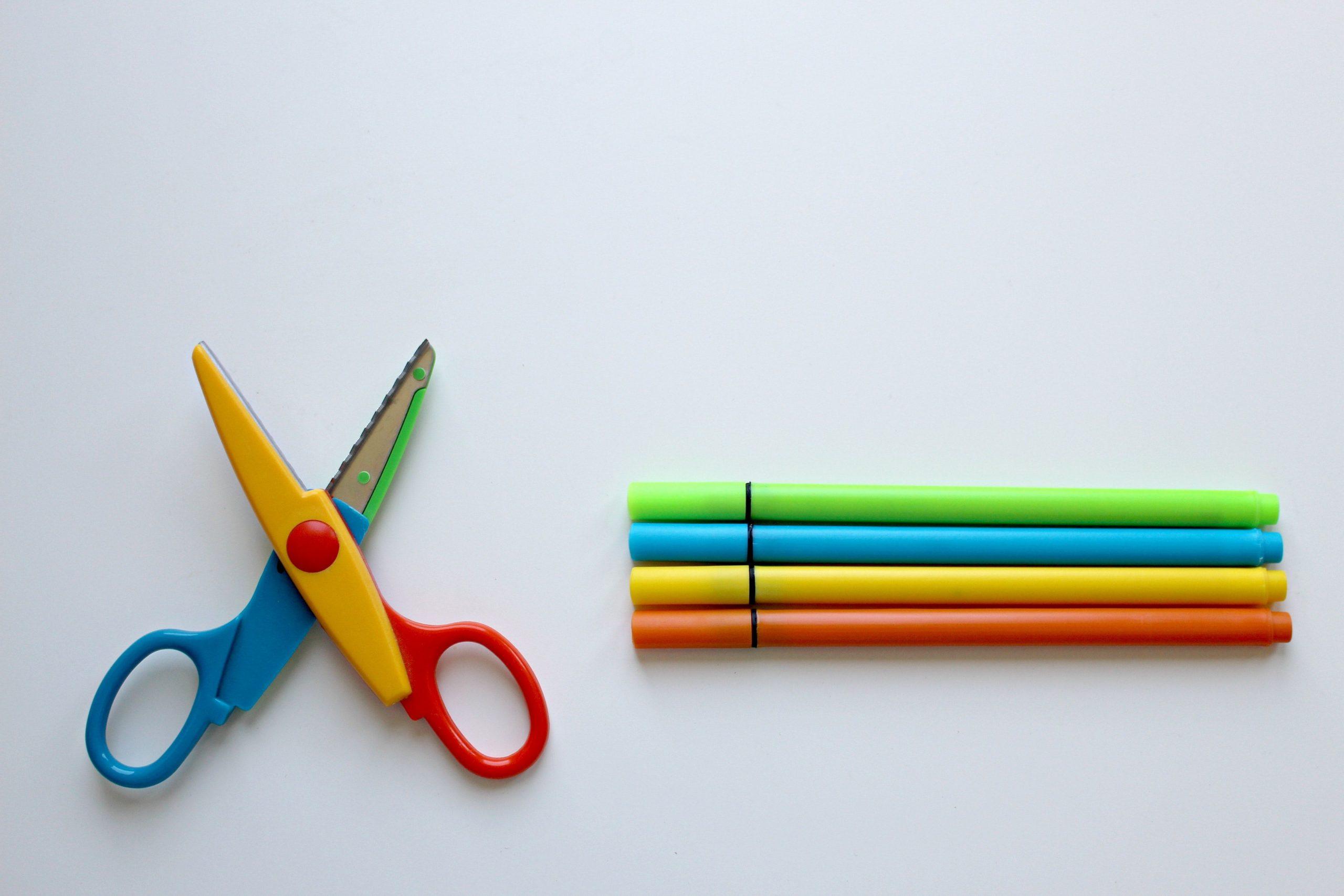 Tijeras y colores para el primer día de colegio