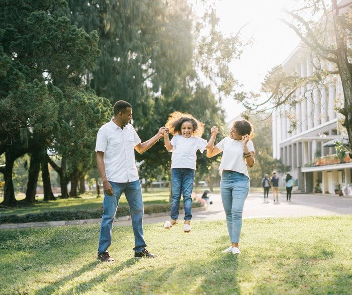 Familia feliz que aplica vaios enfoques para fomentar el bilingüismo