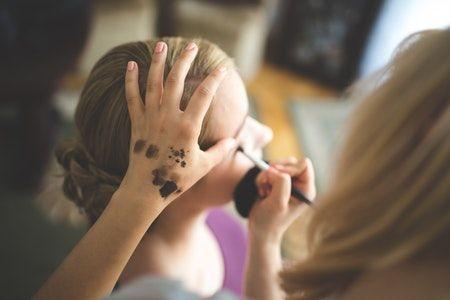 Madres maquillando a su hija para Halloween