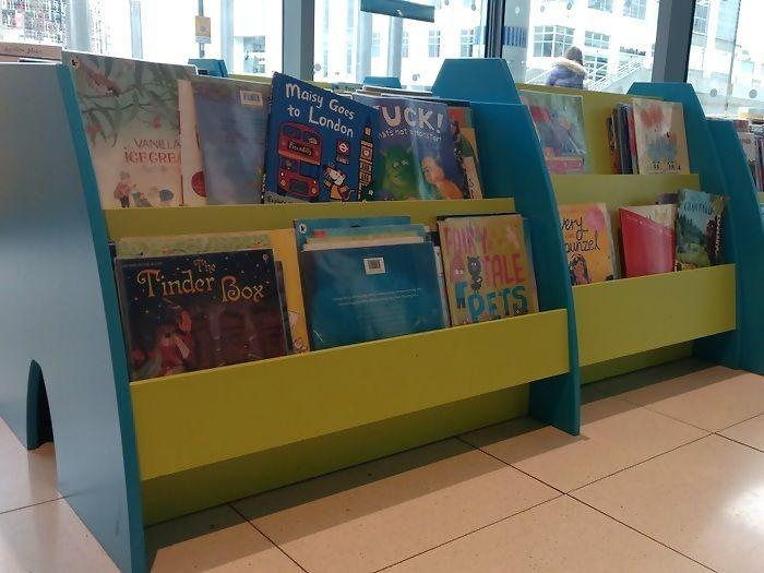 Biblioteca con cuentos en inglés