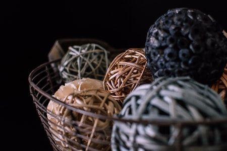 Cesta de los tesoros con bolas de mimbre.