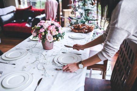 Mesa preparada para una comida de Navidad minimalista.