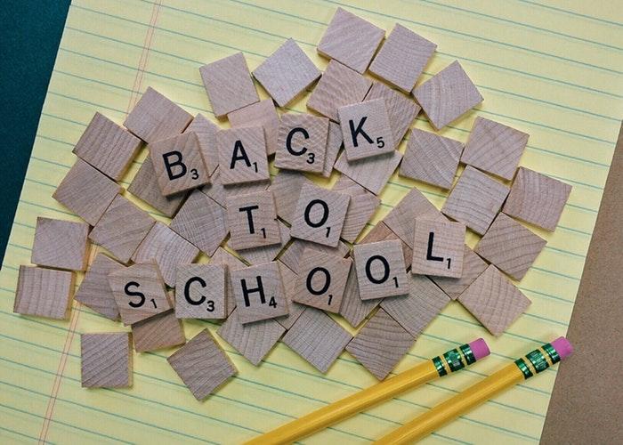 Cuentos sobre la escuela para la vuelta al cole escrito con letras de Scribble.