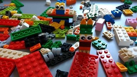Las piezas de Lego son uno de los mejores juguetes para niños mayores de seis años