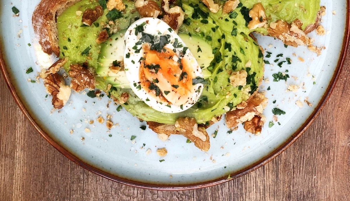 Assiette avocado toast oeuf et noix