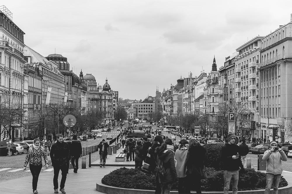 Touristen Karlsbr%C3%BCcke Prag Sehensw%C3%BCrdigkeiten Touristenstrom Wenzelsplatz Nachtclub Nationalgalerie - Hello Prag I Business & Kultur