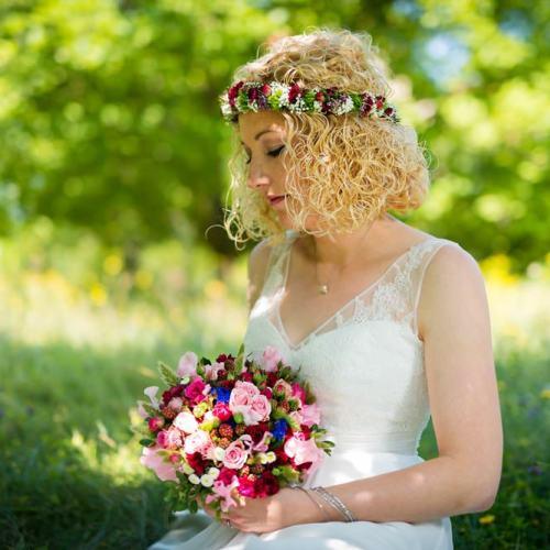 Braut und Brautstraus im heimischen Garten