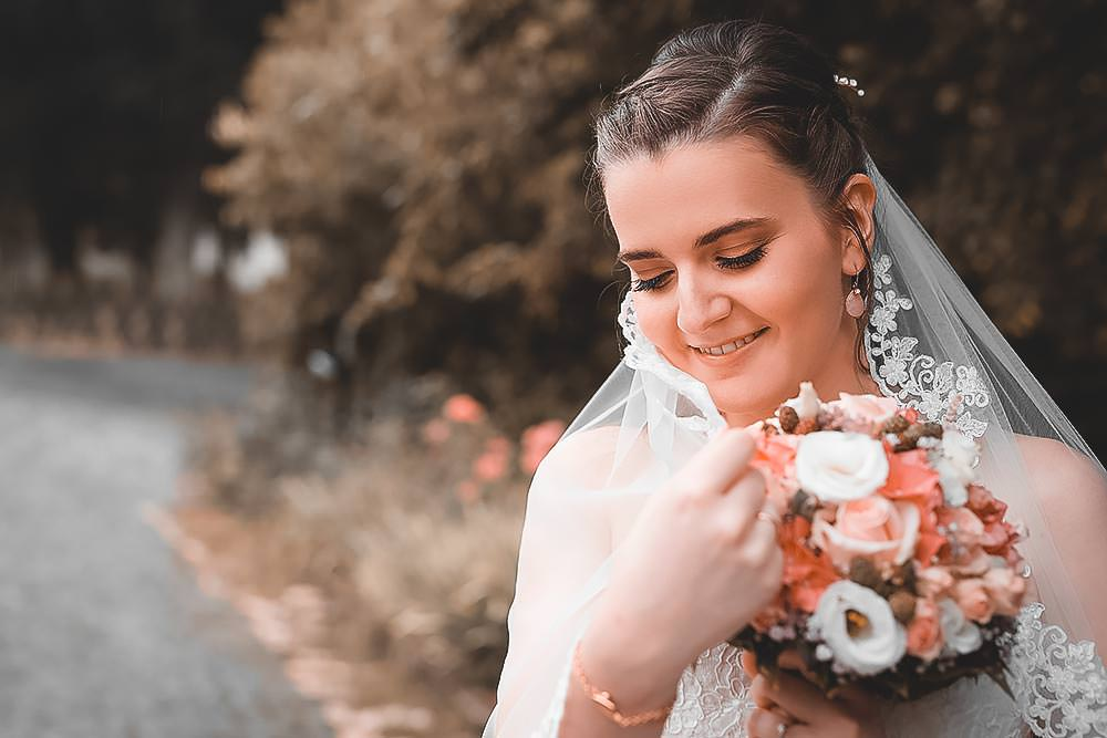Hochzeitsfotograf Hochzeitsreportage Hochzeit Hotel Stempferhof Behringersm%C3%BChle G%C3%B6%C3%9Fweinstein fotograf max hoerath brautkleid closeup portrait hochzeitsbilder - Hochzeit - Sophia & Andi – Gößweinstein