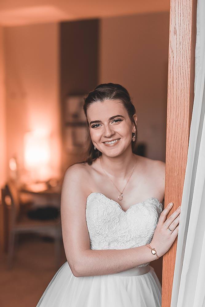 Hochzeitsfotograf Hochzeitsreportage Hotel Stempferhof Behringersm%C3%BChle G%C3%B6%C3%9Fweinstein fotograf max hoerath brautkleid braut closeup portrait before wedding - Hochzeit - Sophia & Andi – Gößweinstein