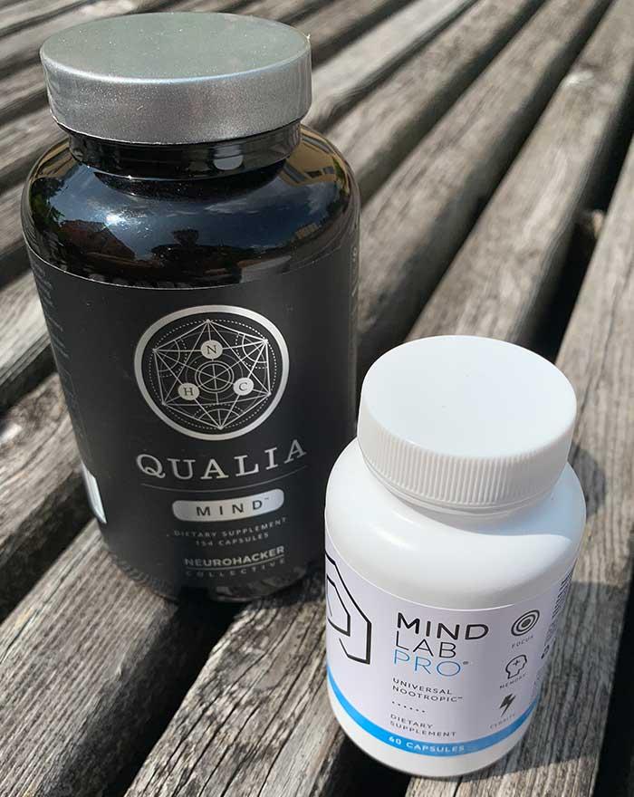 Eine Packung Qualia Mind und eine Packung Mind Lab Pro stehen nebeneinander