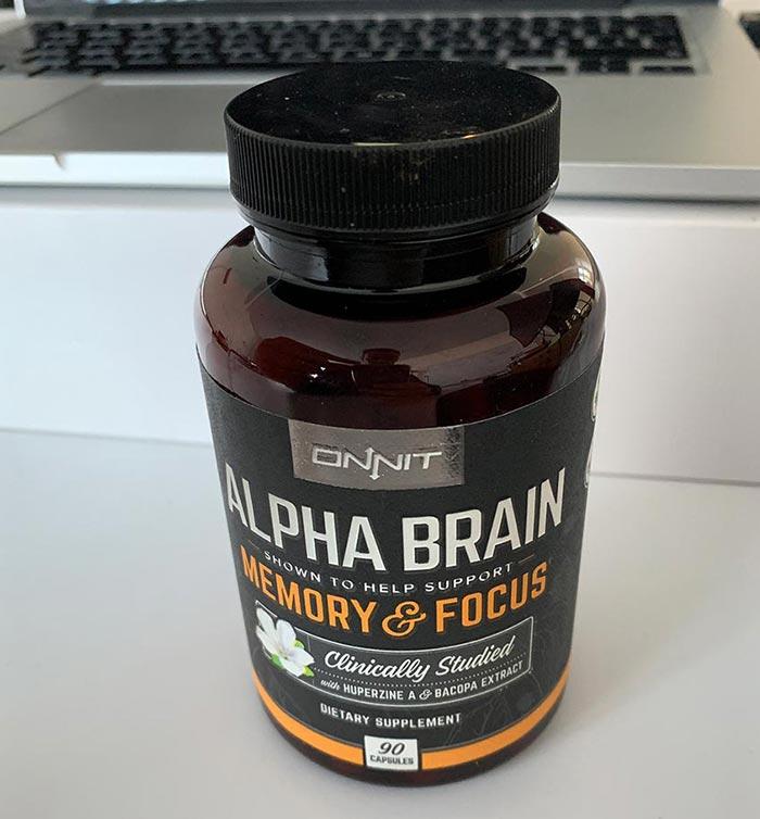 Eine Packung Alpha Brain mit 90 Kapseln