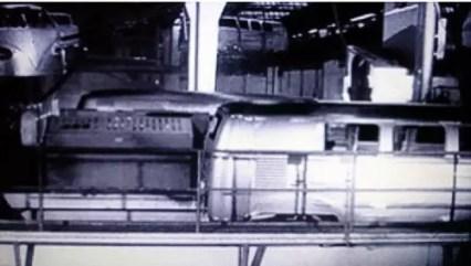 Modernas linhas de transporte de carrocerias as transportavam pela fábrica, inclusive pela ala de pintura.