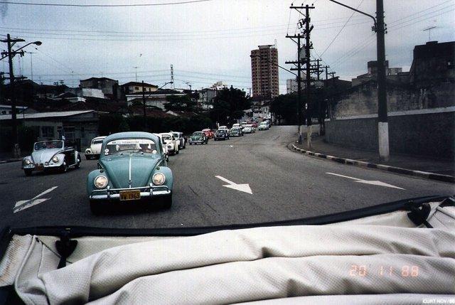 Vista parcial do comboio, a caminho da via Anchieta; destaque para o Fusca verde com a placa amarela VW 1963, que era o sonho de consumo dos fuscamaníacos da época