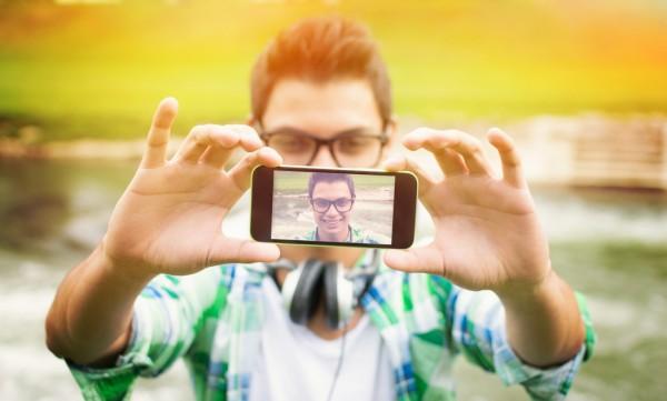 travel blogger selfie