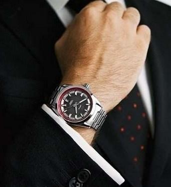 Pria Menggunakan Jam Tangan