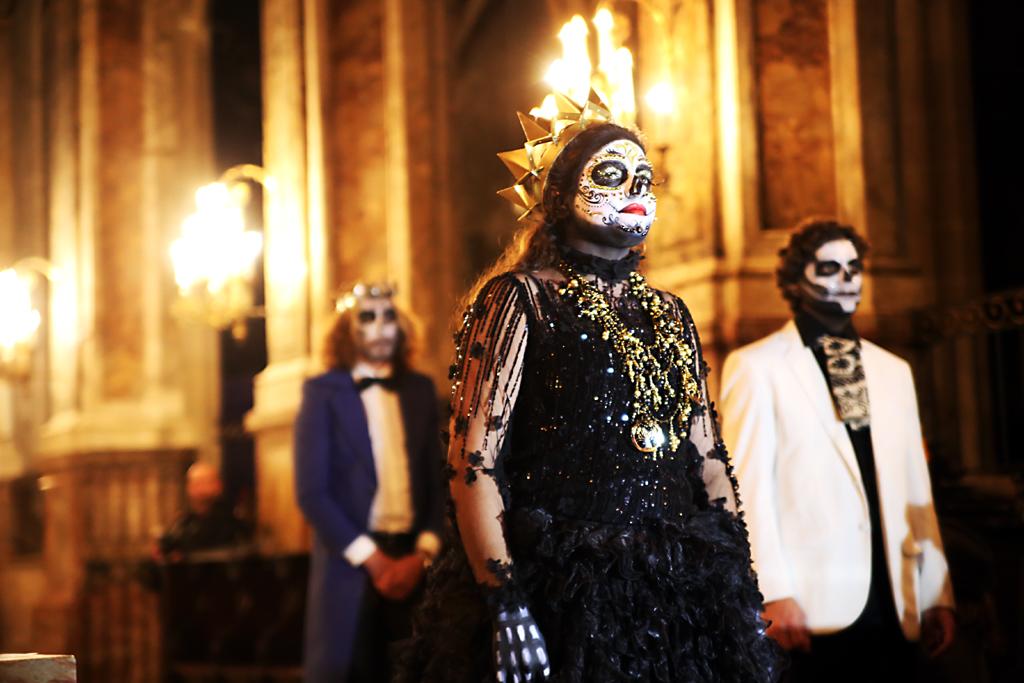 Maria Alvarez alias Mexcooltour a comme l'an passé donné le coup d'envoi de la soirée en chanson. Fête des morts 2017 © M.C.