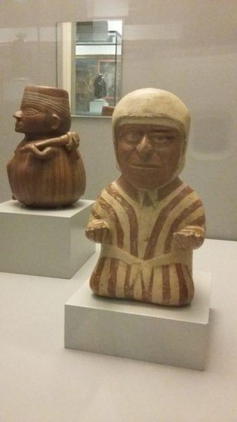 Vase qui représente un homme offrant des produits (au premier plan), culture Mochica (100 av J.C. à 700 ap J.C.)