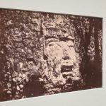 Tête colossale au pied de la pyramide à Izamal