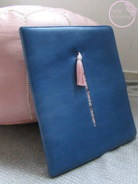 """POCHETTE IPAD CUIR bleu/rose brodée collection """"la babouche"""""""