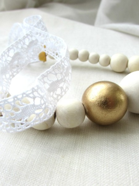 """Collier """"Little Manouche"""" - ruban en dentelle, perles en bois naturel et doré"""