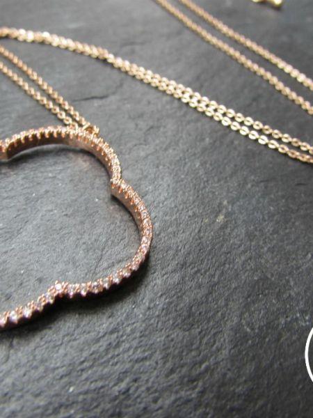 "Collier ATIKA ""MAY MOUCHARABIEH"" - Trèfle oriental serti de zirconium, chaîne fine, plaqué or rose"