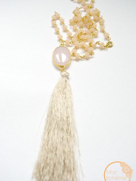 """SAUTOIR NOUR QUARTZ """"BOHEMIENNE CHIC"""" - Sautoir en perles de cristal rose nude, chaîne plaqué or, cabochon quartz rose, pompon soyeux"""