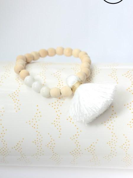 bracelet_perles_bois_naturel_gros_pompon_blanc
