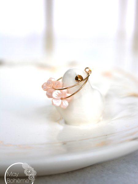 """Boucles Créoles  First Blossom """"Art Bucolique"""" - petites boucles d'oreilles créoles Fleur en nacre"""