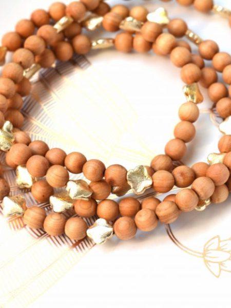 Sautoir Lahore SWEET SANTAL - Perles de santal médailles indiennes