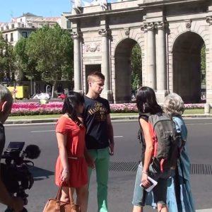 Gente paseando durante rodaje en Madrid