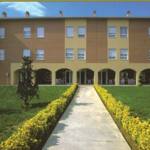 Vista del camino de entrada a la Residencia El Moreral
