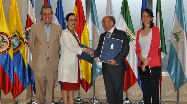 Jose Carlos Baura, Magnolia Riaño Barón, Luis Martín Pindado, y Ana Mohedano durante la firma del acuerdo.
