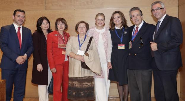 Margarita García, (4i) y José Carlos Baura (2d) en la foto de grupo junto a Cristina Cifuentes (4d) y el resto de autoridades.