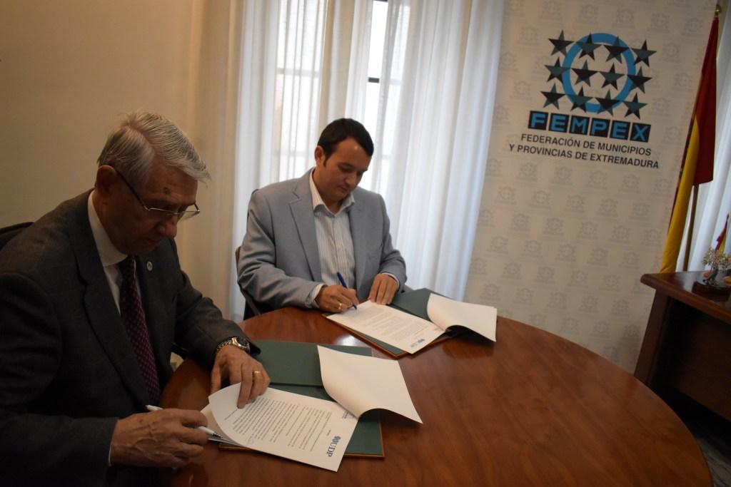 Saturnino Álvarez Bacaicoa, presidente de UDP yFrancisco Buenavista García, Presidente FEMPEX, han firmado en Mérida el acuerdo marco de colaboraciónpara el desarrollo de actuaciones conjuntas en materia de sensibilización y nuevos escenarios vinculados con el cambio demográfico.
