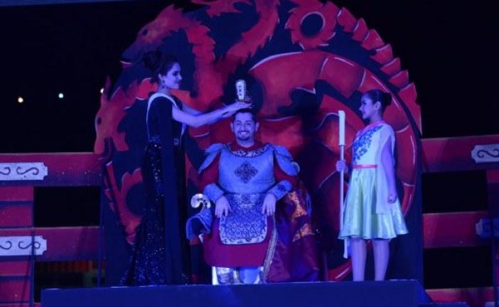 Coronan a Jorge III como Rey de la Alegría