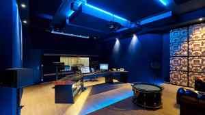 Regieraum Studio 2 Bauer Studios Ludwigsburg Seitenwand mit stoffbespanntem raumhohem Quermodenabsorber und Echtholzdiffusoren vom Typ D300 Deckenabsorber Typ A115 MAX1 und A127 MAX1 Foto Steffen Schmid