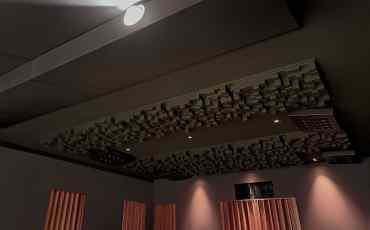 Decke mit RPG Skyline Diffusoren, Absorbern und Layer-2 Lautsprechern von Artcoustic   HAG Fairland Custom Reference
