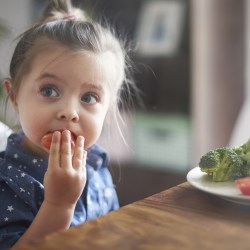 bambina mangia