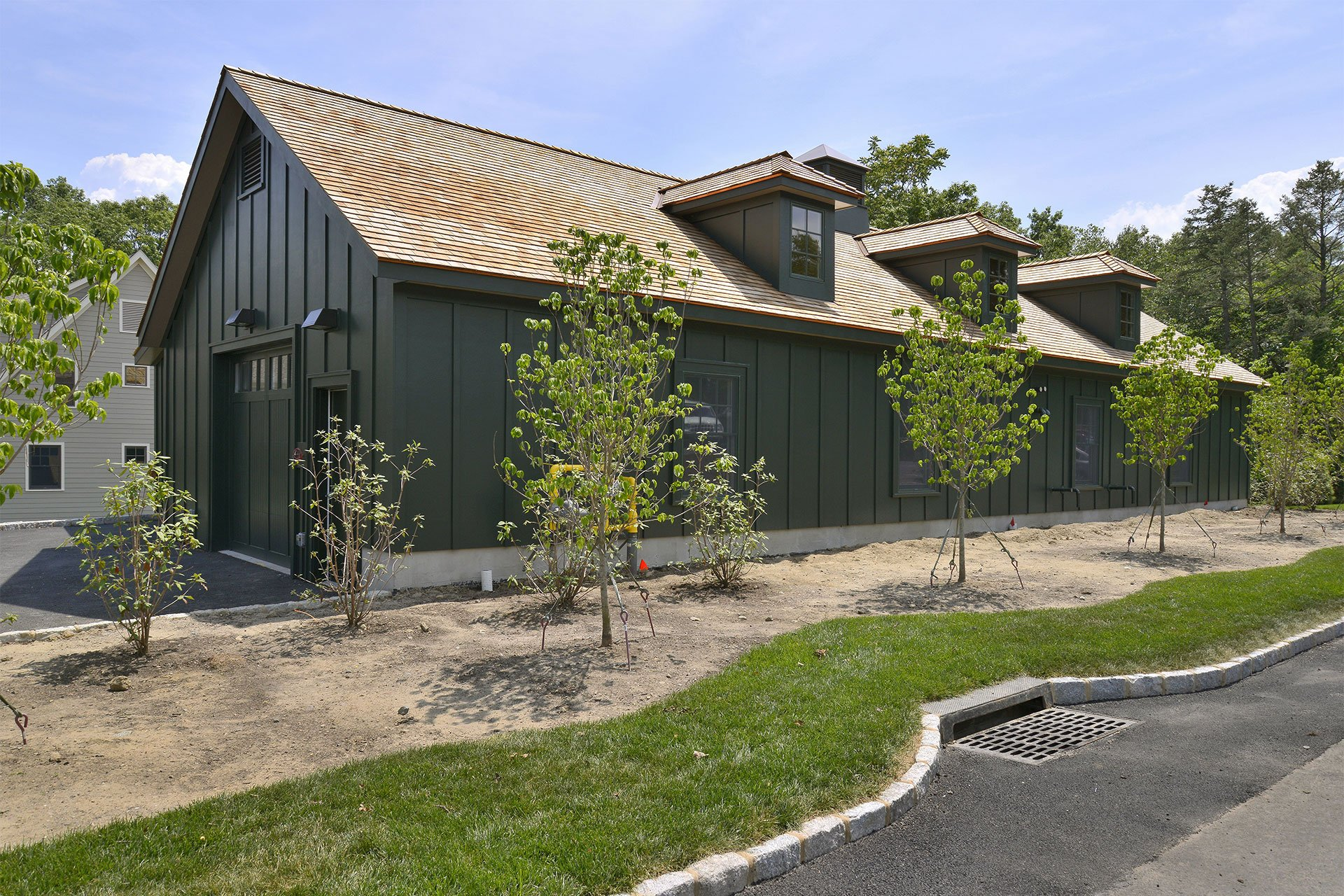 murphy-brothers-contracting-commercial-mamk-winged-foot_exterior-caddy-building-01