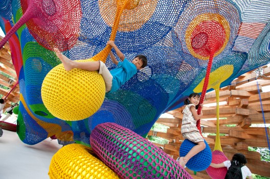 50afd42bb3fc4b0cad0000d1_meet-the-artist-behind-those-amazing-hand-knitted-playgrounds-_mk090729_0014-528x351