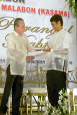 Aldrin receives plaque from Malabon City Mayor.