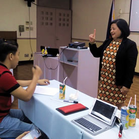 A student being evaluated in sign language by a deaf person.