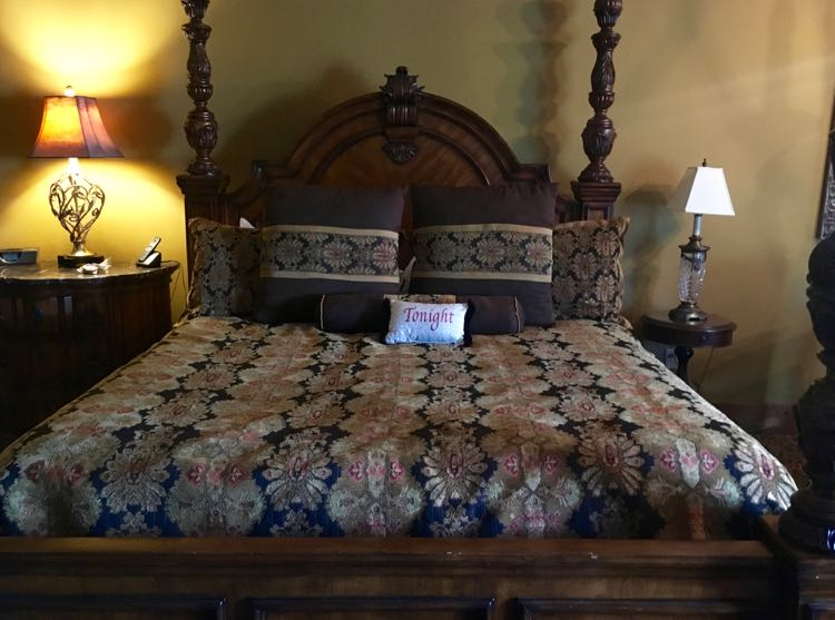 king bed room at Inn at Leola Village